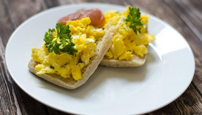 Eggerører med gressløk og serrano på rundstykker.