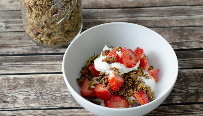 Glutenfri granola med jordbær og gresk yoghurt